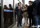 '취재진 질문에 답하는 김성태 의원'