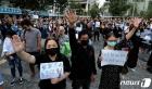 구호 외치는 홍콩 시민들