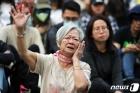눈물 흘리는 홍콩 시민