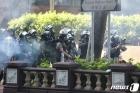 홍콩 경찰 시위대 향해 최루탄 발사