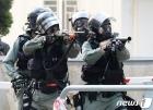 학생 조준하는 홍콩 경찰