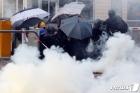 취루탄 피하는 홍콩 학생들
