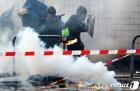 최루탄 피해 달려가는 학생들