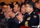 박수치는 민갑룡 경찰청장