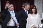 취임하는 아르헨 페르난데스 대통령과 키르치네르 부통령