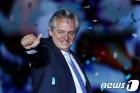 지지자들 환호에 답하는 페르난데스 아르헨 새 대통령