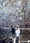 꽃비 맞으며 지지자에 손 흔드는 아르헨 새 대통령과 부통령