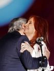 감격의 포옹하는 아르헨 새 대통령과 부통령