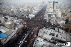 솔레이마니 장례행렬 뒤따르는 이란인들