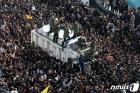 테헤란 추모인파에 둘러싸인 솔레이마니 유해