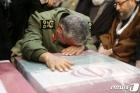 솔레이마니 유해에 엎드려 오열하는 혁명군 사령관