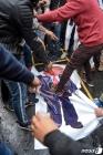 솔레이마니 죽음에 항의하며 트럼프 사진 짓밟는 印 시위대