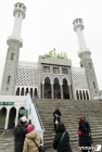 이슬람사원 찾은 관광객들