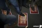 솔레이마니 죽음 항의하며 트럼프 사진 밟는 印 시위대