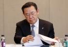 자료 살펴보는 김태영 은행연합회장