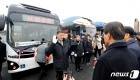 전기굴절버스 개통, 운행선서하는 승무원들