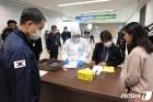 인천공항 검역 시스템 점검하는 박능후 장관