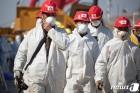 우한 응급병원 건설현장의 마스크 쓴 근로자들