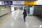 코로나19 확진자 추가 발생한 종로 '지하철역 한산'