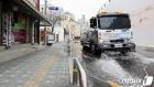 코로나19 확산을 막기 위한 도로 물청소