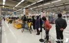'코로나19 포비아' 마스크 사기 위해 줄선 대구시민들