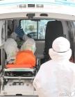 응급차로 이송되는 환자