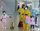 우비 입고 한국 탈출