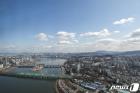 '코로나19 없는 세상처럼...' 맑은 하늘 펼쳐진 서울