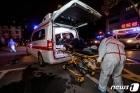 우한의 코로나 확진자 구급차 태우는 의료진들