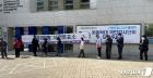 거리두며 사전투표 기다리는 시민들