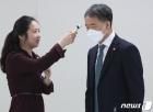 체온 측정하는 박능후 복지부 장관