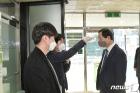 문석진 서대문구청장 '투표 전 체온 측정'