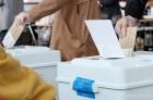 사전투표 첫날, 비닐장갑 착용하고 투표