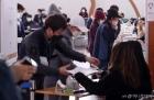 총선 사전투표소 찾은 시민들