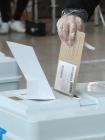 사전투표 첫날, 투표하는 시민