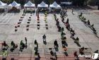 음식 사러 의자 앉아 줄 선 알제리 시민들