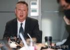 마스크·홍삼…42일만에 문연 기자실에 놓인 박용만의 선물