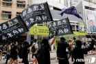 """'홍콩 보안법 위반' 첫 기소 """"오토바이로 경찰 들이받아"""""""