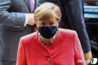 메르켈 獨총리, 공개석상서 처음 마스크 착용