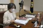 자료 살펴보는 김영란 대법원 양형위원회 위원장