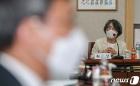회의 진행하는 김영란 대법원 양형위원회 위원장