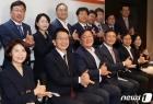 기념촬영하는 코로나19 국난극복상황실 현장 간담회 참석자들