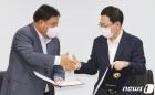 협약 맺은 뒤 밝게 웃는 서정진 셀트리온 회장과 박남춘 인천시장