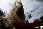트럼프 전용헬기에 휘날리는 머리카락