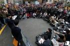 '학교가 정치편향' 주장 10대, 여성 정당인 명예훼손 혐의로 체포