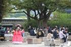경복궁에서 휴식 취하는 시민들