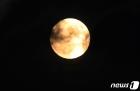 구름 사이로 떠오른 보름달