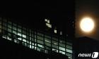불켜진 사무실 밝히는 추석 보름달