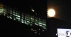 불밝힌 사무실 비추는 한가위 보름달