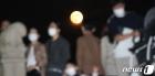 코로나 시대 환하게 도심 밝힌 '한가위 보름달'